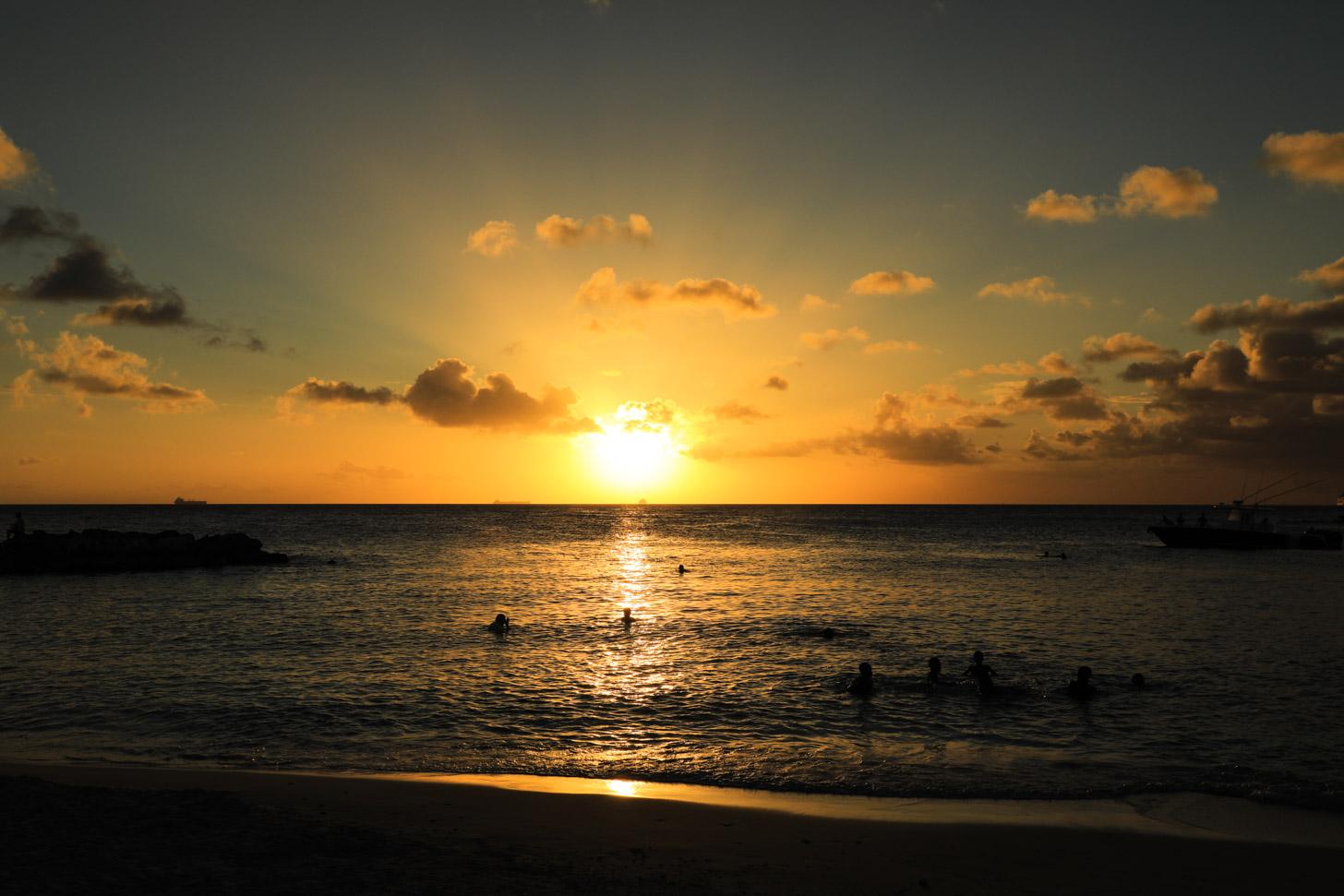 De zon schijnt uitbundig op Curacao